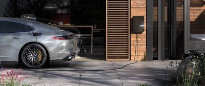 Electric Vehicles & Solar Panels: Benefits & Savings